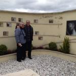 Nulkdi e Gustavo vicini al loculo di Maras al cimitero di Rocca di papa, si riconosce anche Aldo Stedile (Fons)