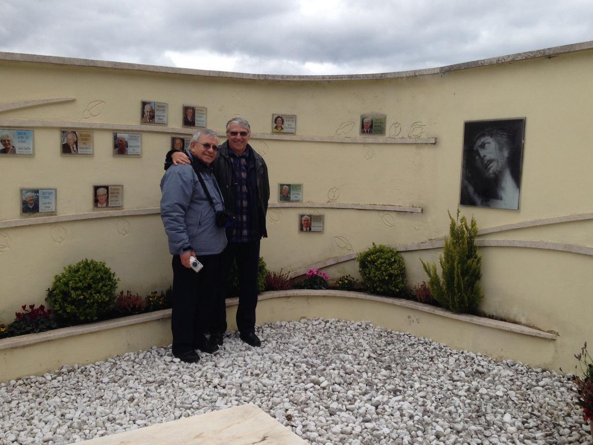 Nuldi e Gustavo vicini al loculo di Maras al cimitero di Rocca di papa, si riconosce anche Aldo Stedile (Fons)