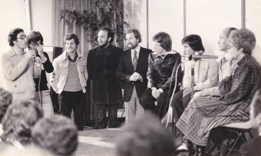 1978 Casetta 8 si presenta a Chiara e Maras - Giannino Fasoli è il 5° da sinistra