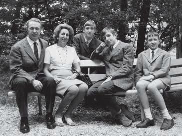 La famiglia Bampi dopo il primo ricovero in ospedale di Paolo al centro, col capo appoggiato al braccio, avvenuto nel 1968.