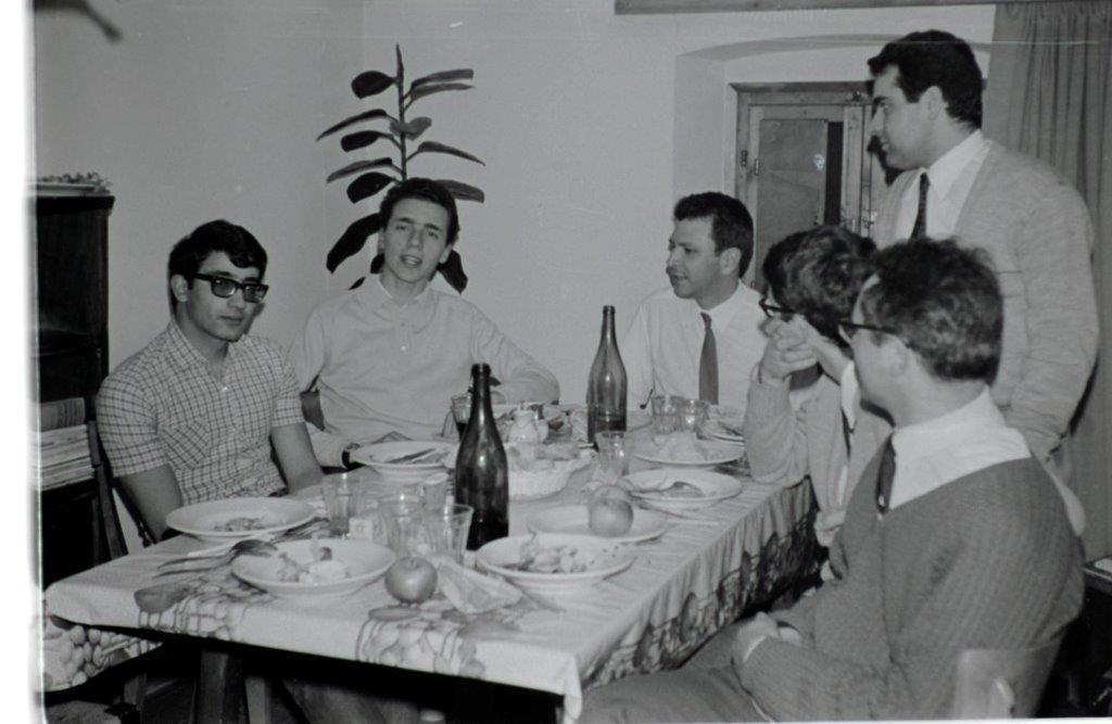 Aurelio Lagorio, il 2° da sinistra nel suo focolare a Loppiano